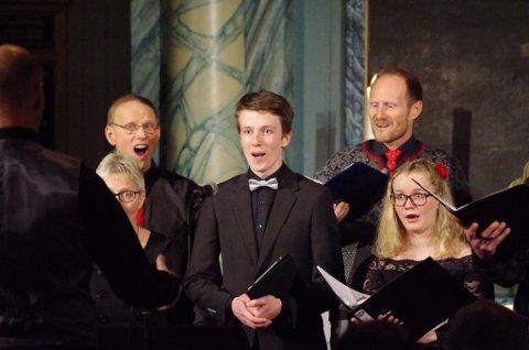 TENOR: Tenoren Erlend Leinan Lund som her er solist sammen med VingelSingers for noen år sia, har fortsatt med sangen. Tredje helga i november kommer han til Røros og Tolga med vokalgruppa han er med i.