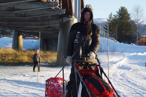 UTE AV LØPET: Amund Kokkvoll er ute av F600. På bildet passerer han under Tynsetbrua lørdag ettermiddag, på veg mot Orkelbogen.