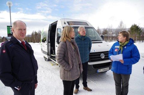 TOM BUSS: Sjåfør Torbjørn Østbø hadde to passasjerer på sine to første turer torsdag. Nå inviterer ordfører Merete Myhre Moen (nr. to f.v.) tynsetingene med på busstur. Videre ser vi Trond Egil Kvisten fra Trønderbilene og Hilde Aanes fra Tynset kommune.