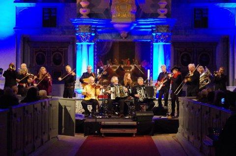 KREMLAG: 15 musikere på scenen da Dalakopa og Brazz Brothers inntok Røros-kirka fredag kveld.