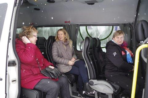 FØRSTE TUR: Alfhild Hansen (t.v.) bestemte seg for å teste ringbussen i Tynset sammen med ordfører Merete Myhre Moen og Hilde Aanes fra planavdelingen i kommunen.
