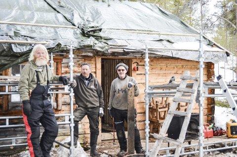 HESTÅSBETBUA: Statskog var på befaring og her jobber f.h. Helge Sundberg og Kåre Tørres. Jeg er imponert over det dere har klart i dag, sier Geir Wagnild i Statskog som første dagen på jobb.                                                                                                                                                         Alle foto: Ole Annar Krogh