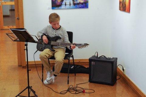 FRA KULTURSKOLEN: 12 år gamle Magnus Søberg fra Tynset sto for gitarspillet på åpningen.
