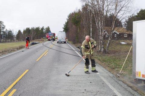 MYE Å RYDDE OPP: Det var knuste bildeler over flere titall meter. Brann- og redningsmann Kristian Berg med kosten.