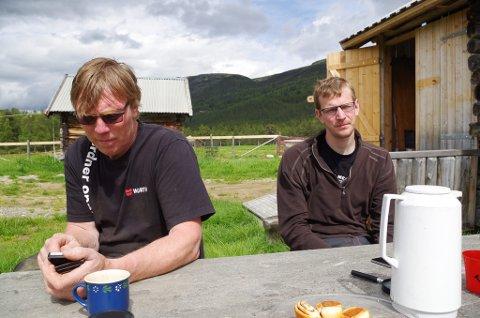 RØRLEGGEREN LENGTER HJEM: Tormod Vollan Oldetrøen (til høyre) er fast bestemt på å bli sauebonde, og drar hjem til garden for å avlaste faren Trond så ofte han kan.