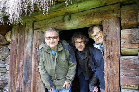 I SETERSTUA: Per Arne Tollefshagen (fra venstre), Bersvend Salbu og Magni Grue i dørgløtten i seterstua i Buhaugen-setra som i sin tid sto i Aumlia. Bygningen er fra 1707.