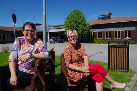 MIDT I OMRÅDET: Marit Gilleberg (t.h.) og ordfører Ragnhild Aashaug mellom Vidarheim og skolebygget. Bildet er fra tida da mulighetsstudien var ute på høring.