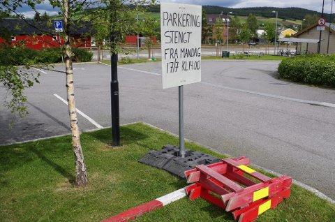 FORBEREDER FESTEN: Fra mandag klokken 14 er parkeringsplassen sør for stasjonen på Tynset stengt.