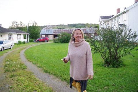 GJESTEHUS: Kunstneren Kristin Skrivervik i tunet i Snekkargarden. Trønderlåna til høyre er gjestehus.