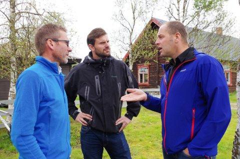 MØTTES: Stortingskandidat Per Martin Sandtrøen (i i midten) møtte Tolgas varaordfører Leif Vingelen (til høyre) og kommunal fellingleder Jo Esten Trøan fredag.
