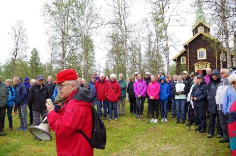 PÅ KIRKEGÅRDEN: Hodalsbokas redaktør Arne Bakken forteller at hver gard har sin rute på kirkegården i Hodalen. Der er det plass til 12. 100 personer deltok på vanringen gjennom bygda etter at boka var lansert fredag.