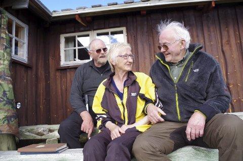 VED GJETARBUA: Jon Ragnar Haugen (til venstre) og Stig Semmingsen er tilbake i Gjetarbua. Torill Wardenær og familien har fremdeles sau i området, og hun er den som ser etter dyra. Foto: Tonje Hovensjø Løkken