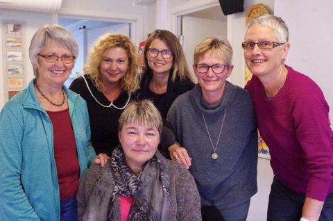 LAGER KAFÉ: Tove Bråten Fjerdingby (bak fra venstre), Manuela Ciutac, Svanhild Næverdal, Heidi Barmoen, Gudrun P. Bakken og Inger Lise Stubsjøen Martinsen (foran) planlegger språkkafé på Frivilligsentralen.