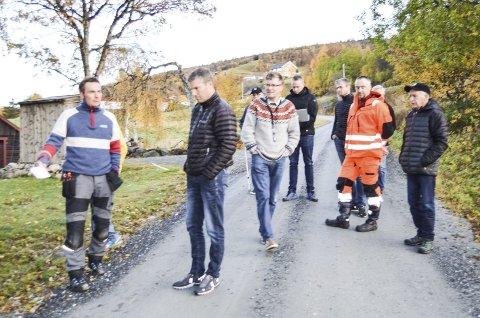 BEFARING: I front Lars Ingmar Nyhus og Rune Moan fra Infonett Røros AS. Rådmann Marius Jermstad i genser og Ingar Engan i uniform sammen med resten av oppsitterne og Infonett Røros.  Alle  foto: Ole Annar Krogh