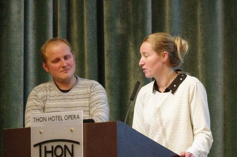 PÅ BEITESEMINAR: Conrad Schärer og Marit Mjøen Solem er fra hvert sitt beitelag på Kvikne. Her var de  på beiteseminar i Oslo for flere år sia, og fortalte om deres felles beredskapsplan dersom rovdyr slår til i saueflokkene.