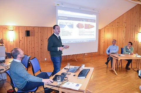 Prosjektet går videre: Denis Slabakov, stående, i New mining Company presenterte planene for datasenter på Alvdal og i Tylldalen i desember. Arild Løvik, nærmest, Stein Solbu og Armen Petergov, til høyre, fulgte med.