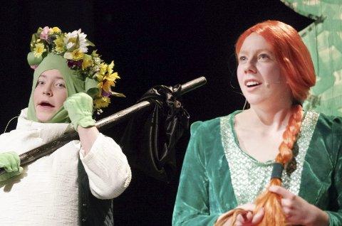MED BLOMSERKRANS: Shrek (Tov Syver Lunåsmo) har fått blomsterkrans på hodet av Fiona (Ragnhild Sletten). Men det prompes og rapes, også! Alle foto: Tonje Hovensjø Løkken