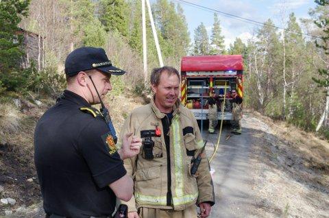 NØDETATER: Både brann- og redningsvesen, ambulanse og politi rykket ut til en lyngbrann i et hyttefelt på Savalen for snart to år siden. Her er brannmester Kai Ove Kveberg sammen med politiførstebetjent Lars Andreas Kvisle. (Arkivfoto).