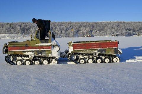 DJUPSJØEN: Her stopper vi og Ole Peder må sjekke hvor tykk isen er.  Foto: Ole Annar Krogh