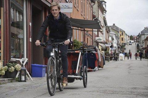 BEKLAGELIG: Varaordfører i Røros, Christian Elgaaen (SV), tar gjerne sykkelen når han kan, men av og til må ting som har med bil og vegvesen å gjøre løses også, og han mener befolkningen i Røros burde få disse tjenestene her. Arkivfoto.
