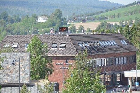 VARMT: 0 grader, ifølge gradestokken på taket til Sparebanken. Kanskje har den fått hetesjokk i varmen.
