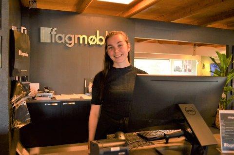 Katrine Linnea Ødegård (22) ble ny daglig leder for fagmøbler Røros i juni.