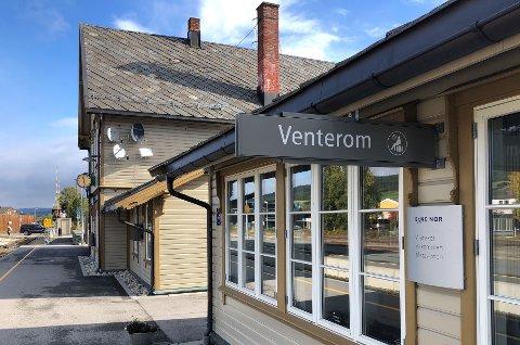 ETT ÅR TIL: De reisende tog fra Tynset stasjon får fortsatt tilgang på venterom etter at en ny leieavtale er skrevet.