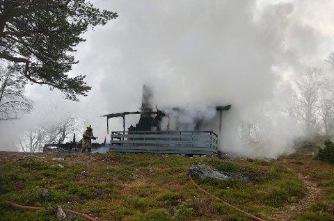 NEDBRENT: Denne hytta, pluss et anneks, gikk med i brannen ved Korssjøveien lørdag morgen.