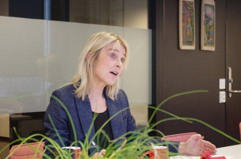 PLANLEGGER FOR ULIKE SCENARIOER: Rektor Anne Buttingsrud ved Nord-Østerdal videregående skole sier de planlegger for ulike nivåer framover. Og privatisteksamener klarer de fysisk å få gjennomført på skolen.