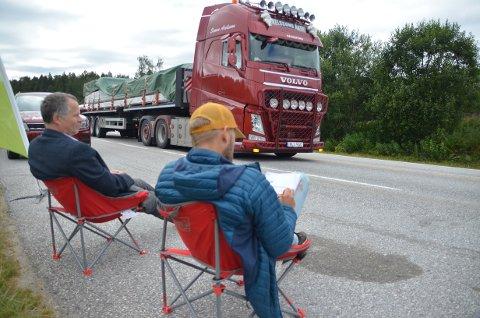 ETT I MINUTTET: MDG-kandidatene Jon Lurås og Sindre Sørhus telte ett vogntog i minuttet da de satte seg i en busslomme på riksveg 3.