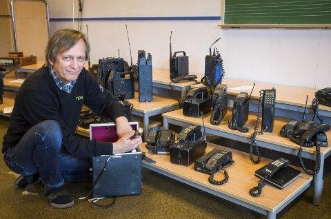 Stor samling:Frank Jakobsen har bygget opp en samling av mobiltelefoner gjennom historien. Her med en en mobiltelefon fra 1975.