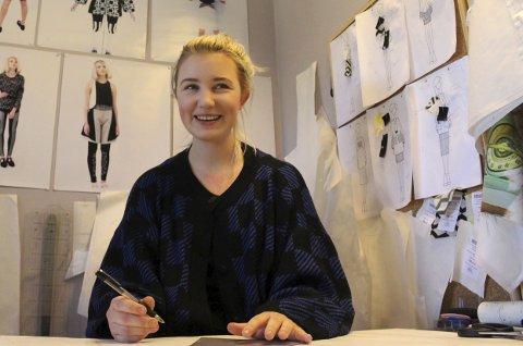 TEGNER SEG TIL NEW YORK: Marte Treider er godt i gang med å lage plaggene hun skal vise fram under New York Fashion Week.ALLE FOTO: MATTIAS MELLQUIST