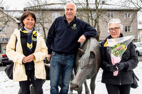 Tulipankomiteen i Lions Ås og Ås/Eika har 6200 tulipaner klare for salg kommende fredag og lørdag. Tre som er med i komiteen er Hanne-Marit Kjus Pettersen (t.v.), Odd Lilleby og Liv Jorun Stuanes.