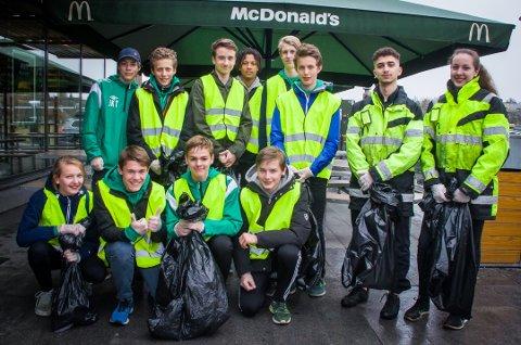 Innsats: De uneg fotballspillerne stilte opp på dugnad sammen med ansatte fra McDonalds Nygårdskrysset.
