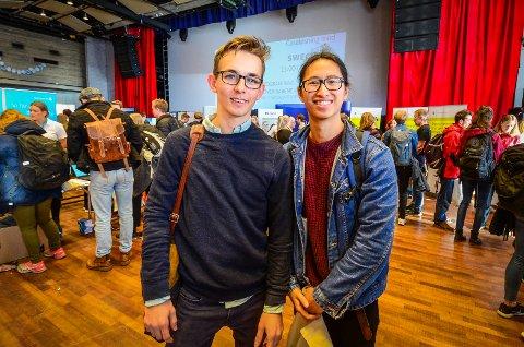 MØTTE BEDRIFTENE: Joachim Evensen og Thach Nguyen fikk snakket med flere bedrifter de kunne tenke seg å jobbe for når de er ferdig med studiene.