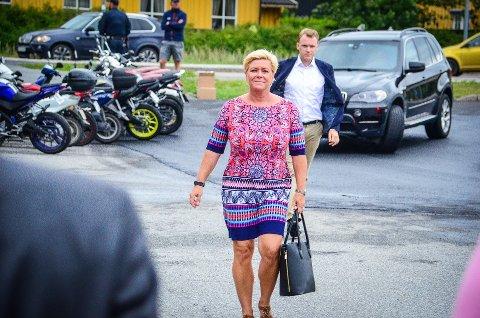 PENGER PÅ BORDET: Finansminister Siv Jensen (FrP) har lagt frem et forslag til statsbusjett med økte bevilgninger til Ås kommune. Her fra besøk i Ås i august 2018.