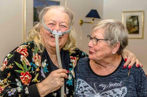 Inger Johanne Henriksen Serrano demonstrerer en Cpap-maske for Wenche Jahrmann.