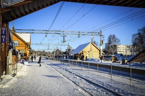 STILLE PÅ STASJONEN: Med kun en avgang i timen med unntak av rushtiden er det fortsatt rolige tider på Ås stasjon.foto: Åsmund A. Løvdal