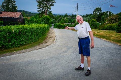 FORNØYD: Herman Aschjem i Tårnveien sier at Viken Fiber har gjort en god jobb da de la fiberkabler i hans del av bygda.