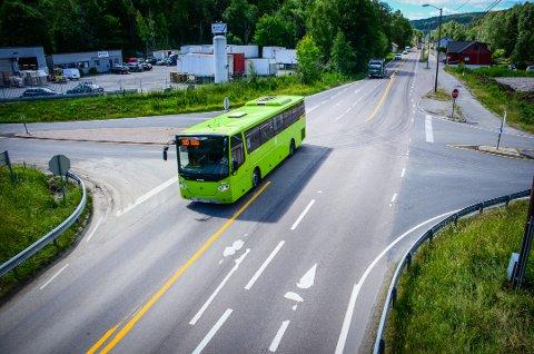 KAN BLI RUNDKJØRING: Krysset Nessetveien/Askehaugveien/Kjærnesveien kan bli permanent omgjort til rundkjøring.