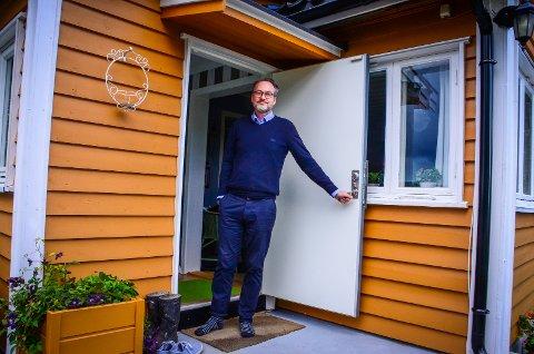 UNIK OMRÅDE: Bjørn Vidar Johansne sier at hytteområdet Tømrernes Feriehjem har kulturhistorisk verdi og bør bevares. Her står han i døra til sin egen hytta på feltet.