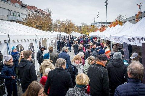 FOLKSOMT: SmakÅs 2017 trakk mange til Ås sentrum. Arrangørene ønsker å gjenta suksessen. Foto: Åsmund A. Løvdal