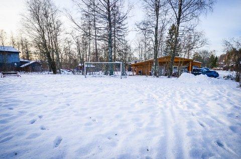 KAN BLI BRAKKERIGG: Fotballbanen Klosterløkka kan bli fylt med brakkerigg for administrasjon for utbyggingen av studentbyen i Skogveien de neste to og et halvt årene.