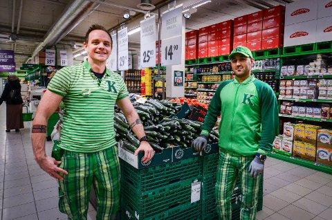 PRISKUTT:  Butikksjef Jarle Vinnes og frukt & grønt-ansvarlig Parviz Qoreishi hos Kiwi i Ås.