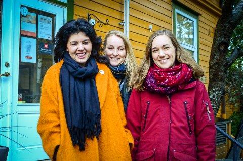 SAMMEN MOT ATOMVÅPEN: Åskvinnene Akari Izumi Kvamme (Nei til Atomvåpen), Tuva Widskjold (ICAN Norge) og Ina Alvilde Rangønes Libak (AUF) vil ha med folk i Ås til å presse på for at Norge slutter seg til FN sitt forbud mot atomvåpen. Nå stifter de lokallag for Nei til Atomvåpen i Ås.