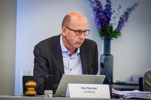 FORESLÅR OMSKRIVING: Ordfører Ola Nordal (Ap) legger frem forslag til et nytt vedtak der punktet om at forslag til utbygging i Ås som ikke strider med sentrumsplanen og kvalitetsprogrammet skal komme foran i behandlingskøen fjernes.