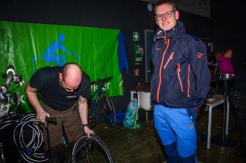 VINTERKLAR: Steffen Fjelstad får hjelp av Sykkolog Thomas Andersen med bytte til vinterdekk på sykkelen. - Dette blir min første vinter på sykkel, sier Fjellstad til Ås Avis.