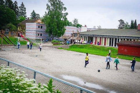 NY SKOLE: Dagens Åsgård skole i Ås skal rives og erstattes med en helt ny skole. Elevene har mange ønsker for den nye skolegården.