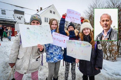 GJORDE INNTRYKK: Ordfører Ola Nordal (Ap) mener de voksne må gjøre mer for å stanse menneskeskapte kliamendringer slik mange barn og unge i Ås demonstrerer for. Ani Elise Dahl (9), Alvhild Hellansjø (12), Mari Stensrud Bugten (12) og Ellinor Skåre (9) fra Brønnerud skole deltok på klimastreiken i Ås sist fredag.