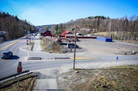 ØNSKER NÆRING: Scoop AS ønsker å bygge næringsbygg på dette området ved krysset Nessetveien/Kjærnesveien